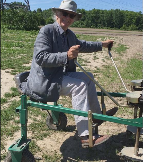 Le président de l'Institut Jean-Garon, Simon Bégin, fais l'essaie d'une machine agricole