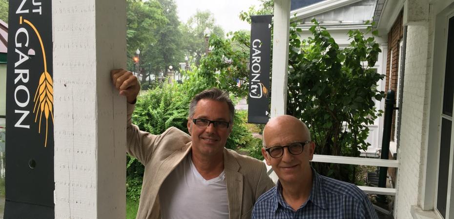 Yannick Patelli et Simon Bégin devant le 180 Grande allée Ouest à Québec, bureau conjoint de La Vie agricole, LVATV.CA et de l'Institut Jean-Garon